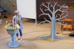 Katja Roelli stellt den von ihr entworfenen Gemeindebaum vor