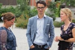 Vizepräsident Patrick Weder mit Manuela Fiorini (links) und seiner Gattin Melanie. Er hat den von Kaja Roelli entworfenen Gemeindebaum hergestellt.