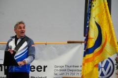 Der Projektverantwortliche Max Müller erläutert die neue Fahne des TV Widnau