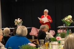 Die Mundartautorin Berta Thurnherr trägt Reiseberichte des Frauenvereins aus den 1920er-Jahren im Diepoldsauer Dialekt vor.