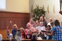 Fröhlicher Kindergesang zu Ehren Gottes.