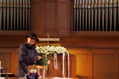 Pfarrer Andreas Brändle als Gärtner, der zur Schöpfung Sorge tragen muss - und Hilfe bei den Kindern sucht.
