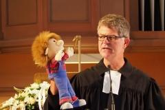 Pfarrer Andreas Brändle staunt über die botanischen Kenntnisse des kleinen Kerls.