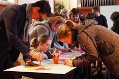Die Gottesdienstbesucher zeichnen oder beschreiben ihre Vorstellung von Gott.