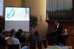 Pfarrer Andreas Brändle erzählt die Geschichte vom Holzbildhauer, der sich weigert, Jesu Gesicht zu gestalten (du sollst dir kein Bildnis machen).