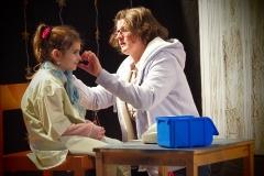 Fritigstreff-Leiterin Heidi Heule kontrolliert das Headset einer Schauspielerin.
