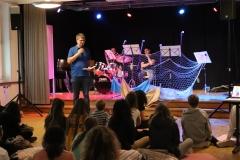 Pfarrer Andreas Brändle begrüsst die Jugendlichen