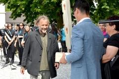 Patrick Weder (rechts) überreicht Heinz Müller einen feinen Tropfen. Bild: Monika von der Linden