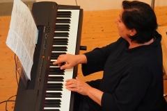Kirchenmusikerin Karin Fend begleitete den Gottesdienst am Keyboard und an der Orgel.
